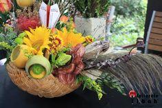 An innovative Flower Arrangement! Flower Designs, Flower Arrangements, Wreaths, Table Decorations, Fall, Flowers, Home Decor, Flower Drawings, Autumn