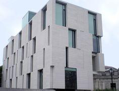 Granite Silvestre GT by Levantina for architectural facades Villa Design, Facade Design, House Design, Brick Architecture, Concept Architecture, Building Art, Building Facade, Granite, Retail Facade