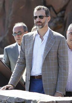 El Príncipe Felipe con un look semicasual. El elemento clave: Blazer con trama de cuadros príncipe de Gales.