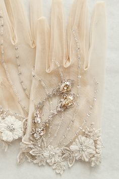 Guantes para novia ¡13 Tendencia de moda! Vintage Bridal, Bridal Lace, Bridal Accessories, Fashion Accessories, Lace Hairpiece, Sleeves Designs For Dresses, Bead Embroidery Patterns, Gloves Fashion, Vintage Gloves