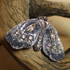 """Немного расскажу об этой крылатой красавице. Хоть я и называю ее """"мотыль"""", но все же это девочка.) Крылышки, брюшко и попка у нее объемные. Вышивка дорогущими французскими пайетками жемчужной серии очень красивого серо-голубого цвета. Использовала аж две нитки 3 мм пайеток : чашечки и плоские. Брошь украшена кристаллами Сваровски. Особенный шарм ей придает шелковый платочек на шее. Настоящая француженка... Чтобы придумать, вышить и собрать во едино это крылатое создание,  мне понадобилось…"""
