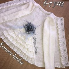 No photo description available. Baby Knitting Patterns, Baby Sweater Knitting Pattern, Baby Girl Patterns, Knitted Baby Cardigan, Baby Blanket Crochet, Knitting Designs, Crochet Baby, Sleeves Designs For Dresses, Sweater Coats