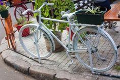 es un espacio híbrido, un mix de café, restaurante de cocina sana, Workshops de trabajo y galería de arte donde ir a estar solo o encontrarte, a ver y ser visto, a relajarte o trabajar, siempre acompañado de tu bicicleta.