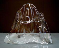 Valentina Gonzalez The ghost of a chair La designer mexicaine Valentina Gonzalez crée The ghost of a chair en 2009. Série de 13 exemplaires, mais en fait uniques car chaque fois différents, d'une chaise qui cherche à figer l'immatérialité. Réalisées à la main à partir d'une feuille d'acrylique transparent de 4 mm d'épaisseur. Chaque feuille est posée sur une chaise Louis XV  dont elle drape les contours, laissant traîner ses plis en ondulations douces.