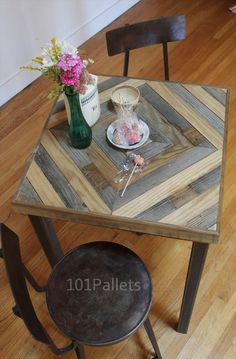 Kitchen Table Made of Barn Wood and Pallets... Honestly, pallet wood is crappy - but this would be great for using up scraps of reclaimed lumber.