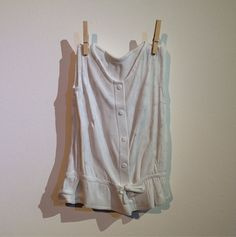 """For his series """"The Identity Collection"""", Edinbourg-based sculptorAlasdair Thomsonhas made a clothes collection entirely made of marble : dresses, t-shirts, sneakers. The result is extremely realistic. His work is to discover in the next part of the article."""