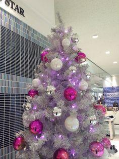 館内は、ブルーが基調のクリスマスツリーですが、2階のlalala walkは、ピンクです☆