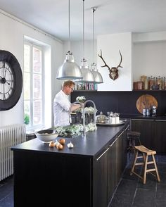 Blomsterdekoratør og designer Morten bruker kjøkkenet til å både jobbe med blomster og med mat. Se hele hans fantastiske franske hjem i #maisoninterior nr 1 som er ute nå! #levvakkert #slowdeco #kitchen #kjøkkeninspirasjon #kjøkken #inspirasjon #interior #interiør #inspiration Foto: @rhartvig