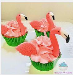 "Carlota Vilas on Instagram: ""#flamingocupcakes #flamingolove #flamingosandpineapples #flamingosandpinneapleparty #edibleart #fondanttoppers #buttercream #tropicalparty…"""