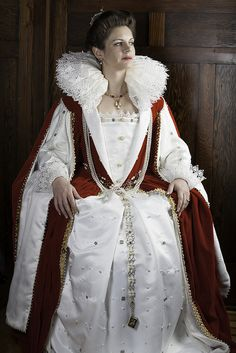 WOW! Issabbella like a monarch    Viscountess Issabbella Kendal of Ravensrift in the stepping-up garb she wore for her investiture as Princess of Avacal.