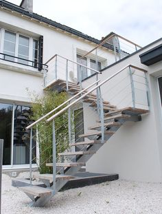 Escalier d'extérieur à tous les étages Staircase Outdoor, Staircase Handrail, Stair Railing, Staircase Design, Steel Stairs Design, Outside Stairs Design, External Staircase, Townhouse Garden, Glass Stairs