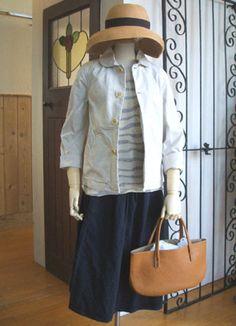 スプリングジャケット ¥15,750 (natural raundly) やわらか半そでボーダー ¥6300 (grin) プリーツスカート ¥16,...