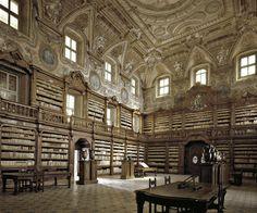 La bibliothèque des Girolamini à Naples Ouverte au public en 1586, la bibliothèque des Girolamini de Naples est une institution culturelle publique où sont conservés œuvres de musique et livres du XVIème au XIXème siècle.