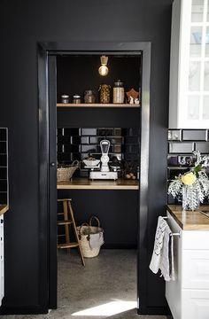 一見、敬遠されがちな「黒」を使ったインテリア。上手く取り入れるととっても素敵な大人空間が出来上がるんですよ。黒を使った素敵インテリアを集めてみました。これを見たらお部屋に黒を取り入れたくなっちゃいますよ!
