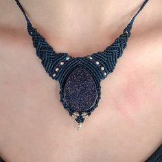 Collar azul marino de macramé con piedra de purpurina, muy elegante.  macrame, collar, joyas, regalos, artesanía