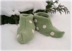 Elf Shoes This easy DIY Christmas craft is both festive and practical. Channel the Christmas spirit while keeping your toes toasty in these elf slippers. Use this simple sewing project for kids. Fleece Crafts, Fleece Projects, Sewing Projects For Kids, Sewing For Kids, Baby Sewing, Craft Projects, Free Sewing, Christmas Gifts To Make, Christmas Elf