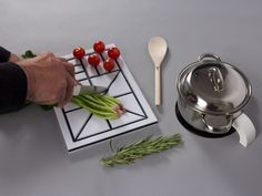 除了立體標記外,並加入了有著深刻紋路的廚房粘板,讓視障者自行切菜時可直接順著紋路下刀。