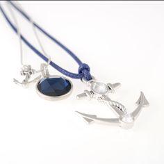Maak je nautische outfit helemaal af met deze leuke sieraden uit de Marine collectie van A Deze stoere 2-delig Marine set bestaat uit 2 schitterende colliers.