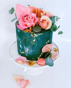Blooms and buttercream. always a winning combination! 🍰🌸🙌🏻⠀⠀⠀⠀⠀⠀⠀⠀⠀ How dreamy is this green wedding cake topped with beautiful roses! We love the gold leaf details. There's something oh-so-enchanting about this cute creation by .don't you agree? Green Cake, Floral Cake, Cake Toppings, Green Wedding, Beautiful Roses, Wedding Cakes, Bloom, Desserts, Pink