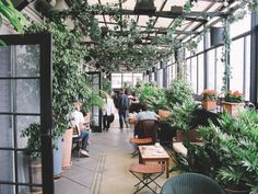 Feeling that cool autumn breeze on a rooftop balcony above Gramercy Park is just one of many reasons to seek out brunch at this chic hotel. The lush wrap-around outdoor garden has a retractable roof overhead, making it an easy place to sit out in. New York Rooftop, Rooftop Brunch Nyc, Garden City Ny, Outdoor Restaurant, The Park Restaurant Nyc, Restaurant Design, Rooftop Design, Gramercy Park, Long Island Ny