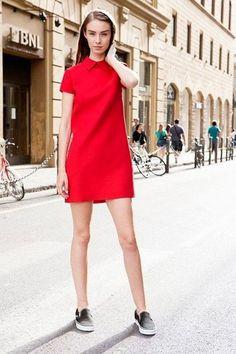 Look de moda: Vestido Recto Rojo, Zapatillas Slip-on Negras