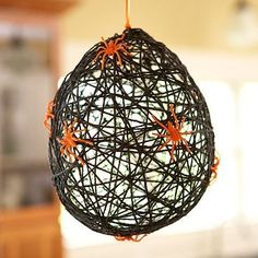 Oh what a Tangled Web - see this diy Halloween spider web balloon decoration. Moldes Halloween, Casa Halloween, Theme Halloween, Adornos Halloween, Manualidades Halloween, Halloween Crafts For Kids, Halloween Spider, Holidays Halloween, Holiday Crafts
