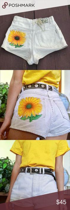 Hand painted sunflower shorts 🐝 Hand painted high waisted v Painted Shorts, Painted Jeans, Painted Clothes, Hand Painted, Short Jeans, Short En Jean, Diy Shorts, Modest Shorts, Long Shorts