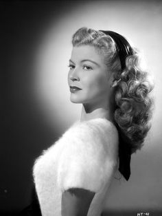 Vintage Hairstyles Retro Helen Talbot Posed in a White Furry Blouse Photo by Movie Star News Vintage Glamour, Vintage Beauty, Vintage Makeup, Look Retro, Retro Hairstyles, 1940s Hairstyles For Long Hair, Wedding Hairstyles, Wedding Updo, Actrices Hollywood