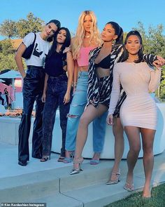 By now (almost) everyone know who Kim Kardashian, Khloé Kardashian, Kourtney Kardashian, Kendall Jenner, Kylie Jenner and even Kris Jenner a. Kris Jenner, Looks Kylie Jenner, Kendall Jenner Outfits, Kendall And Kylie Jenner, Estilo Khloe Kardashian, Robert Kardashian, Kardashian Style, Kardashian Jenner, Diy Clothing