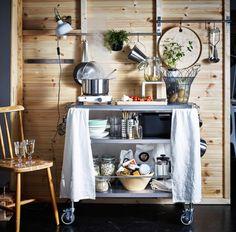 Brug et rullebord til at lave et minikøkken. Rullebordet kan fyldes med bestik, porcelæn, køkkenredskaber, gryder og pander – og der er også plads til mad og en opvaskebalje. Montér stænger på væggen, og få endnu mere opbevaringsplads.