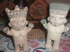 """Los cuchimilcos son estatuillas que se identifican con la ciudad-estado de la Cultura Chancay, que se desarrolló entre los años 1200 y 1470 en la costa central del Perú. Estas figuras, extienden sus brazos alejando así las malas energías. Por la peculiaridad de sus ojos rasgados, a los cuchimilcos, también se les conoce como """"chinas"""". Los Cuchimilcos casi siempre van en pareja (hombre/mujer) representando la dualidad divina, en la cual creían las culturas precolombinas."""