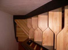Лестница гусиный шаг может быть установлена под большим углом Small Staircase, Tiny House Stairs, Attic Staircase, Loft Stairs, Staircase Railings, Tiny House Plans, Staircase Design, Loft Conversion Stairs, Pallet Bathroom