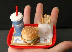 Miniaturas para casa de muñecas. Bandeja con menú de hamburguesa.