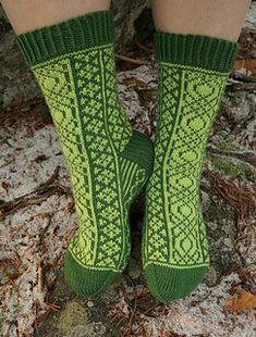 A relatively easy stranded sock pattern that has been greatly inspired by Rose Hiver's Fireweeds Socks and Heather Desserud's Lotus Mittens.