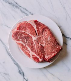 Learn how to prepare beef for stir-fry just like Chinese chefs: choose the right cuts of beef, and slice, tenderize, and velveting beef for any stir-fry! Chuck Steak Recipes, Beef Chuck Steaks, Beef Flank Steak, Stir Fry Dishes, Stir Fry Recipes, Beef Recipes, Chinese Stir Fry, Chinese Food, Beef Fried Rice