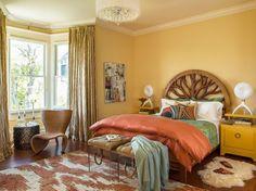 chambre cocooning avec peinture beige, tête de lit en bois massif, fauteuil en…