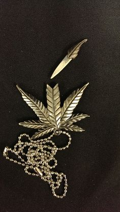 YC8994 Marijuana Leaf Necklace Hidden Blade.