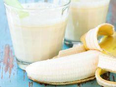 2. Licuado de papaya, piña, sandía y plátano. Es un de los poderosos licuados para bajar de peso desintoxicante, diurético, remineralizante e hidratante. Sirve además para aliviar el estreñimiento por las muchas fibras que contiene.