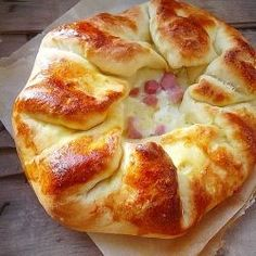 rustic bread with ham and cheese - looks so good pizza dough pie main Quiches, I Love Food, Good Food, Yummy Food, Empanadas, Great Recipes, Favorite Recipes, Rustic Bread, Rustic Cake