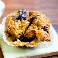 Vegan Pumpkin Chai Oatmeal Blueberry Muffins~Basically every one of my favorite muffin flavors in one amazing muffin. Oatmeal Blueberry Muffins Healthy, Vegan Muffins, Healthy Muffins, Blue Berry Muffins, Vegan Sweets, Vegan Desserts, Vegan Recipes, Vegan Food, Pumkin Recipes
