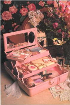 45 Brilliant Makeup Organizer Storage Ideas for Girls Caboodle from the So retro Vintage 80s Aesthetic, Aesthetic Vintage, Aesthetic Photo, Aesthetic Pictures, Daddy Aesthetic, Aesthetic Beauty, Aesthetic Makeup, Aesthetic Videos, Photo Vintage