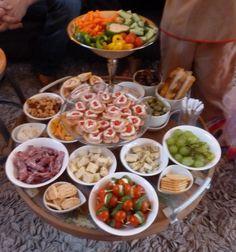 Omdat ik liever bij mijn visite zit dan in de keuken sta maakte ik dit mini buffetje: alles ineens op een groot blad en borrelen maar!