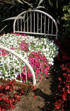 Take your patio layout design to the next level with our list of favorite ideas. Flower Bed Edging, Flower Beds, Diy Garden Bed, Lawn And Garden, Sarah's Garden, Plant Design, Garden Design, Beautiful Gardens, Beautiful Flowers