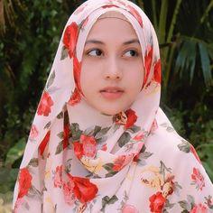 Image may contain: 1 person, closeup and outdoor Beautiful Hijab Girl, Beautiful Muslim Women, Beautiful Eyes, Hijabi Girl, Girl Hijab, Muslim Beauty, Road Bike Women, Hijab Chic, Muslim Girls