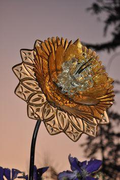 Best Glass Totems Garden Art Ideas For Beautiful Garden Pictures) 1013 .Read More. Glass Garden Flowers, Glass Plate Flowers, Glass Garden Art, Flower Plates, Garden Crafts, Garden Projects, Art Projects, Yard Art, Garden Totems