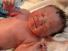 Dit lijkt een 'gewone' foto van een pasgeboren baby, maar als je nog een keer kijkt... Zie jij het?!