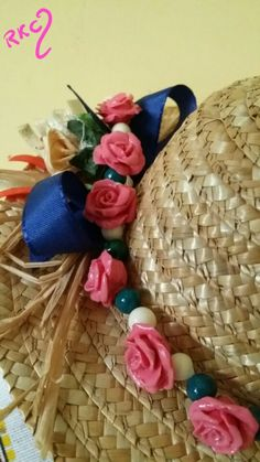 Collana girocollo in pasta di mais  con roselline rosa e sfere panna con punti di verde