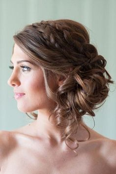 Die schönsten Brautfrisuren 2015: Wir sagen Ja zu diesen Haar-Trends! www.gofeminin.de/hochzeit/album758440/die-schonsten-brautfrisuren-2015-wir-sagen-ja-zu-diesen-haar-trends-0.html#p7 Braided Hairstyles For Wedding, Prom Hairstyles For Long Hair, Braided Updo, Wedding Braids, Wedding Hair Flowers, Romantic Wedding Hair, Trendy Wedding, Flowers In Hair, Hair Wedding