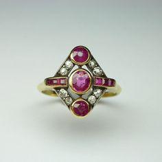 Still feeling #rubies and #diamonds ... #Deco #ring -- available online -- #shoponline #justadded #anello con #rubini e #diamanti di taglio antico Deco -- #legioiedifunaro #gioielleria #antiquejewellery #jewellery #gioielliantichi #milano