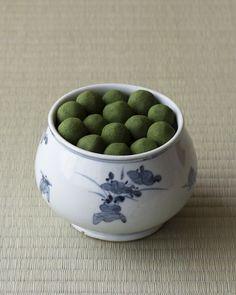 きな粉と炒り豆と青海苔による古いお菓子。おいしいと感じたら、茶の湯になじんだということかもしれません。 菓=真盛豆/金谷正廣(京都) 器=染付草花文壺 李朝時代